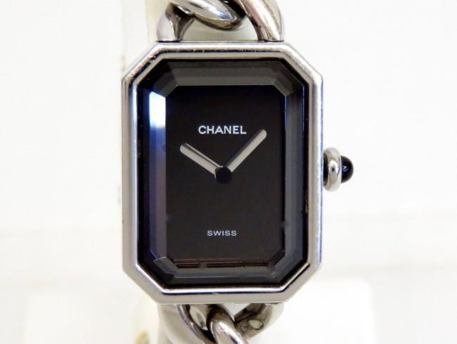 197e7a3f4882 シャネルの腕時計でお馴染みの「プルミエール」です。 八角形の特徴的なフェイスはパリのヴァンドーム広場の形からヒントを得てデザインされたと言われています。